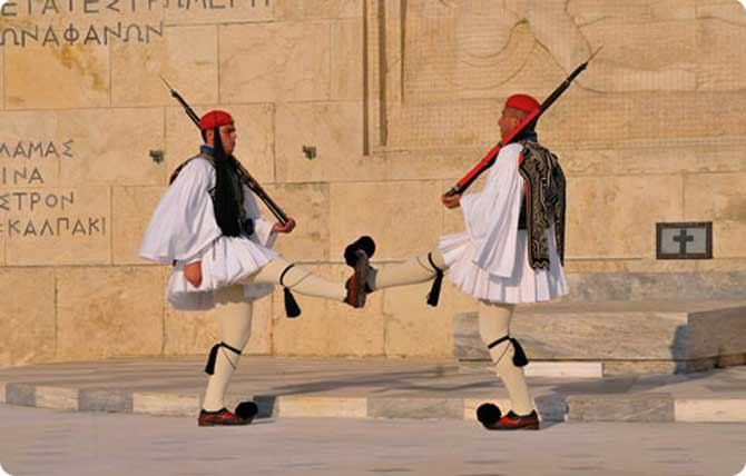 сменa караула у парламента в Афинах
