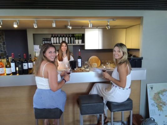 """дегустация вин, в зале винодельня """"Баирактарис"""""""